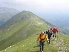 """Escursioni guidate in montagna, corsi di escursionismo. Monti Sibillini, Gran Sasso-Monti della Laga (Marche_ Abruzzo).  """"Camminare in montagna è ginnastica per il corpo e per la mente."""""""