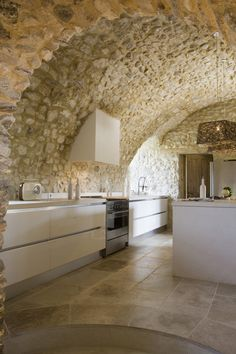 Enchanting Stone Kitchen Ideas Bring Natural Feel Into Modern Homes Using stone materials for your kitchen walls are durable with unique texture and colors. Here are some stunning stone kitchen ideas to inspire you. Stone Interior, Kitchen Interior, Home Interior Design, Interior Architecture, Exterior Design, Kitchen Walls, Kitchen Cupboards, Design Kitchen, Kitchen Living