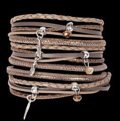 MY66 MEXICO Cappuccino.......................  Let's sit down and have a CAPPUCCINO  Hou je van veel, maar niet te grof, dan is deze MEXICO armband echt iets voor jou !  De naam 'MEXICO' is gekozen vanwege de prachtige metalen 'AZTEKEN' eindkappen.  Omdat de vele soorten leer verfijnd en soepel zijn en ook verfijnde bedels gebruikt zijn,  oogt deze MEXICO ondanks dat het heel veel armband is, toch zeker niet grof. Verkrijgbaar in verschillende kleuren.