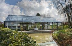 Dette enorme drivhus ffungerer som et hjem med middelhavsklima året rundt, og mulighed for selvforsyning af frugt og grønt det meste af året. *De bor i et glashus*