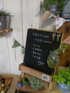 おふちカフェ気分を盛り上げるのはやっぱり、カフェの店頭に置いてあるメニュー看板。セリアのミニ黒板に好みでイーゼルや木枠、木のボックスをドッキングさせて完成♪黒板に書く文字もお洒落に!枠や脚をつけずに、壁や冷蔵庫、レンジフードの上に飾ってインテリアをグレードアップするのもいいですね。  <材料> *ミニ黒板 *木箱やイーゼルなど好みで  セリア手作り「カフェ風黒板」インスタグラム