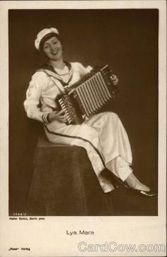 Lya Mara, eigentlich Alexandra Gudowitsch,  1897-1960, war eine deutsche Stummfilmschauspielerin lettisch-polnischer Herkunft. Auf Autgramkarten posierte sie gerne mit einem Akkordeon. #Accordion, #Player, #Photography, #Vintage, #Celebrity