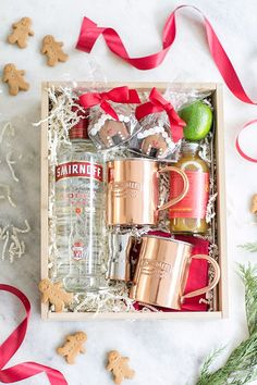 Wine Basket Gift Ideas Discover Christmas Gingerbread Moscow Mule - Sugar and Charm Put together a charming gingerbread Moscow Mule gift box / Holiday Entertaining / Christmas Gift / Cocktail Recipes / Holiday Hostess Gift Diy Christmas Baskets, Christmas Gift Box, Christmas Gingerbread, Simple Christmas, Holiday Gifts, Cheap Christmas, Hostess Gifts, Kids Christmas, Groomsmen Gift Box