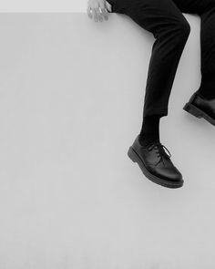 Uploaded by Valentina. Find images and videos about black, shoes and clothes on We Heart It - the app to get lost in what you love. Credence Barebone, Dr. Martens, L Lawliet, Photo Portrait, The Secret History, Weird Fashion, Dark Fashion, Persona 5, Character Aesthetic