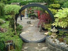 Amazing blog full of really good pictures by a passionate GEORGE and his JAPANESE GARDEN :: this is his moongate