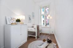 Skovin Elegant tregulv på Frogner i flott leilighet Cribs, Toddler Bed, Elegant, Furniture, Home Decor, Modern, Cots, Dapper Gentleman, Homemade Home Decor