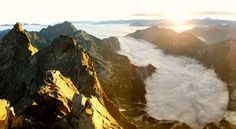 Fell asleep on a mountain, woke up on an island in the clouds. North Cascades, Washington (OC) [4275x2350]