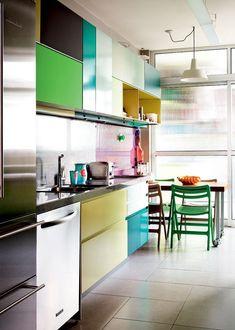 Verde, azul, violeta.A escolha das cores que decoram a cozinha deste apartamento (SP) ñ foi aleatória.O proj. assinado pelo estúdio Superlimão, manteve uma paleta eclética, mas muito bem equilibrada.A cozinha foi concebida de modo que dali pode-se avistar as salas de estar e jantar, o escritório e o home.Integrada a ela, a lavanderia comporta muitas plantas e completa a profusão de cores com seu amarelo flúor.