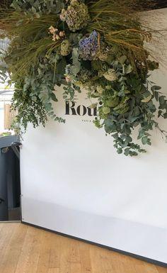 Arreglo floral de la entrada de una casa Plants, House, Home, Floral Arrangements, Entryway, Plant, Homes, Planets, Houses