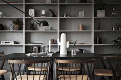 En av veckans mest inspirerande lägenheter står Scandinavian Homes för. Älskar den gråa platsbyggda bokhyllan som fyllts med massor av olika föremål.  Styling:Scandinavian Homes,...
