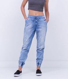 Calça feminina Modelo jogger Com punhos Marca: Blue Steel Tecido: jeans Composição: 100% algodão Modelo veste tamanho: P COLEÇÃO VERÃO 2017 Veja outras opções de calças jeans femininas. Skirt Pants, Trouser Pants, Pants Outfit, Shorts, Jogger Pants Style, Denim Joggers, New Outfits, Casual Outfits, Boiler Suit