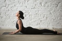 If you're wanting to get into yoga, but you're not quite sure where to start, these easy yoga poses for beginners are a great place to start! Easy Yoga Poses, Yoga Poses For Beginners, Bikram Yoga, Ashtanga Yoga, Asana, Poses Yoga Faciles, Yoga Fitness, Yoga For Arthritis, Prenatal Massage