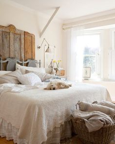 White bed linens, rustic headboard, big baskets... For daughter's room.