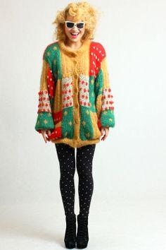 Ciepły, miękki kolorowy sweter (połączenie wełny i moheru), cały na podszewce więc nie gryzie :) Zapinany na guziki, po bokach kieszenie.