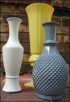 Spray Painted Vases Can use any color you want! Note the spray paint that is used. Spray Paint Vases, Painted Glass Vases, Spray Painting, Painting Tips, Glass Paint, Painting Bottles, Old Vases, Arts And Crafts, Diy Crafts
