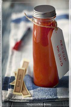 Jak zrobić keczup domowy? Pomidorowy keczup ze świeżych, dojrzałych pomidorów, gotowanych z papryką i przyprawami: cynamonem, pieprzem, gorczycą, octem.