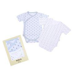 Pack de 2 bodies cruzados de manga corta de Baby Tous. Confeccionados en algodón con estampado de ositos. Disponible en rosa y azul. Presentado en una cajita.  Plazo de entrega: 24-48 horas. Tallas de 0 a 6 meses. Precio: 34,99 euros.