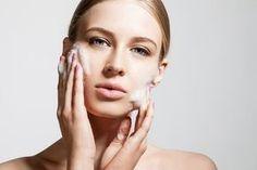 Après une exfoliation du visage, appliquez une lotion tonique pour refermer les pores, empêcher les impuretés de s'y accumuler de nouveau, raffermir et empêcher la flaccidité et les rides. Terminer par une crème hydratante douce qui évitera au visage de s'assècher