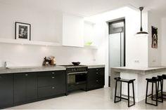 Zwarte keuken betonnen werkblad