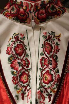 Beltestakken er sydd i Norge etter gamle husflidstradisjoner. Prisen inkluderer brikkevevd belte og grindeband som er tilpasset fargekombinasjonene i bunaden. Skjorte kan leveres i brokadestoff, eller brodert i plattsøm eller korssting fra kr 3 500 til 6 500. Besøksadresse i Oslo og Bø i Telemark. Hand Work Embroidery, Types Of Embroidery, Folk Embroidery, Machine Embroidery Patterns, Cross Stitch Embroidery, Embroidery Designs, Scandinavian Embroidery, Folk Clothing, Hardanger Embroidery