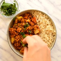 This vegan picadillo recipe is a delicious and colourful Cuban-style dish of spiced lentils, potatoes, tomatoes, olives Vegan Lentil Recipes, Mince Recipes, Vegan Recipes Videos, Vegan Dishes, Veggie Recipes, Vegetarian Recipes, Healthy Recipes, Soup Recipes, Vegetarian