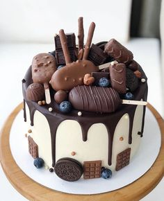 Candy Birthday Cakes, Beautiful Birthday Cakes, Fancy Desserts, Delicious Desserts, Dessert Recipes, Chocolate Cake Designs, Bolo Chocolate, Chocolate Mouse, Kreative Desserts