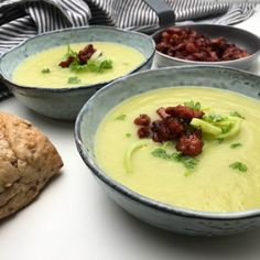 Potato-leek soup with crispy bacon Wine Recipes, Soup Recipes, Cooking Recipes, Cooking Ideas, Potato Leek Soup, Yummy Eats, Food Inspiration, Healthy Snacks, Healthy Soup