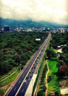 Vista aérea de la Avenida Jeeusalén. A la izquierda, el Parque Bicentenario y al fondo la Colonia Escalón en San Salvador.
