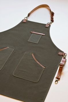 Handmade Leather Apron, Bartender Apron, Barista Apron, Barber Apron by DasLeatherWorkshop on Etsy Catering-Ideen Leather Apron Barista Apron Canvas and Leather Olive Green Apron Barber Apron Barista, Cool Aprons, Aprons For Men, Leather Gifts, Leather Craft, Handmade Leather, Custom Leather, Leather Jewelry, Leather Bags
