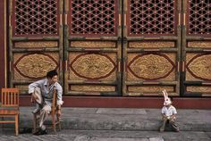 thomas hoepker - china, 1984 - a guard and a child in bugs bunny mask in the forbidden city