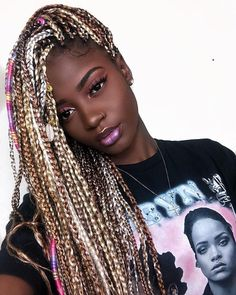 All styles of box braids to sublimate her hair afro On long box braids, everything is allowed! For fans of all kinds of buns, Afro braids in XXL bun bun work as well as the low glamorous bun Zoe Kravitz. Box Braids Hairstyles, Try On Hairstyles, Black Girls Hairstyles, Retro Hairstyles, Short Box Braids, Blonde Box Braids, Purple Box Braids, Hot Hair Colors, Box Braids Styling
