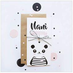 www.hetuilennestje.nl geboortekaartje Nani: plain, wit, zwart, roze, hip, origineel, rechthoekig, meisje, panda, pandabeer, beer, dieren, monochroom/ monochrome.