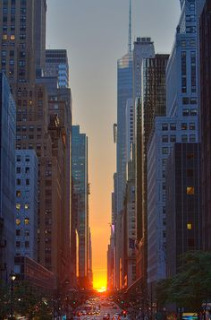 "http://www.flickr.com/photos/jonbell/3583475697/Manhattanhenge Sunset - 42nd St    Today was Manhattenhenge, or the ""Manhattan Solstice"", when the sun aligns with 42nd and 34th (and some other) streets."