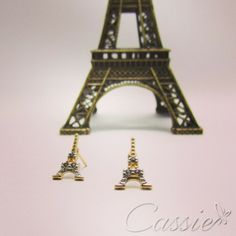 Bom dia!!!! Brinco pequeno de Torre Eiffel com detalhes em zircônia. #cassie #semijoia #good #happy #Paris #TorreEiffel #picoftheday #moda #fashion #trend #likes #look #estilo #inlove #pagseguro #10xsemjuros #online