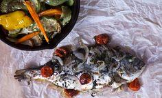 Τσιπούρα στη λαδόκολα με λαχανικά Paella, Cooking Recipes, Meat, Chicken, Ethnic Recipes, Food, Cooker Recipes, Chef Recipes, Meals