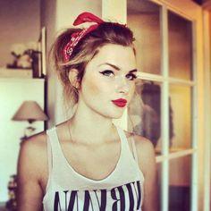lockere rockabilly frisur mit rotem bandana, hochgesteckte haare