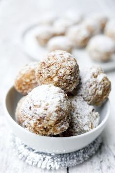 Gesunde Zimtkugeln mit Datteln und Mandeln The healthy cinnamon balls with dates, almonds, almonds and cinnamon are prepared in a jiffy and taste really delicious! The post Healthy cinnamon balls with dates and almonds appeared first on Leanna Toothaker. Healthy Sweet Snacks, Healthy Dessert Recipes, Healthy Desserts, Cookie Recipes, Snacks Recipes, Tv Snacks, Healthy Kids, Pie Recipes, Desserts Sains