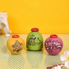 Flower Pot Crafts, Vase Crafts, Craft Stick Crafts, Pottery Painting Designs, Pottery Designs, Glass Bottle Crafts, Bottle Art, Decorated Flower Pots, Clay Art Projects
