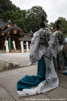 Male dancers dressed in heian robes.