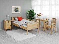Klassisen kaunis ja laadukas kalustesarja, jonka suunnittelussa on huomioitu seniorit ja liikuntarajoitteiset. Sarjan materiaalina on luonnonvärinen massiivikoivu. Suunnittelijoidemme lähtökohtana oli ulkonäön lisäksi erityisesti toimivuus: sängystä ja tuoleista tulee olla helppo nousta ylös ja niistä pitää pystyä ottamaan tukea. Pöytä ja yöpöytä ovat myös normaalia korkeampia. Laulumaa Huonekalut