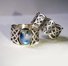 Keltische Eheringe aus Silber. Individuell gestaltet. Wahre Kunst in Handarbeit.   #keltisch #ring #knotwork #silber #mondstein #moonstone #eheringe #weddingring #ringe