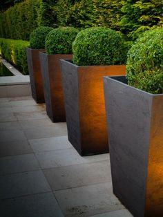amenagement-jardin-moderne-jardinières-grandes-buis aménagement jardin moderne