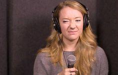"""Tại sao bạn thấy giọng của mình khi hát karaoke không hay như bình thường?     Khi hát karaoke hoặc nghe lại một bản thu âm, có bao giờ bạn thấy giọng hát của mình bị """"dìm hàng"""" đi khá nhiều? Nó rất khác so với những âm thanh nghe được khi bạn hát một mình. Tin tốt, bạn không hề gặp vấn đề gì với thính giác. """"Đó là một hiện tượng khá phổ biến và xảy ra ở nhiều n"""