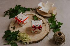 Szatén szalagos masnival díszített, kalocsai mintás esküvői meghívó. A tetőt levéve szétnyílik a dobozka és belül olvasható a meghívó szövege. #dobozosmeghívó #esküvőimeghívó #meghívó #kreatívcsiga #weddinginvitation #wedding #invitation #kalocsai #magyarosmeghívó #magyar Place Cards, Place Card Holders, Pink, Pink Hair, Roses