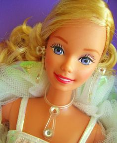 Amazing violet eyes, Philippines version with side curly ponytail. Barbie 80s, Barbie Life, Vintage Barbie Dolls, Barbie World, Barbie And Ken, Barbie Stuff, Beautiful Barbie Dolls, Pretty Dolls, Barbie Collector