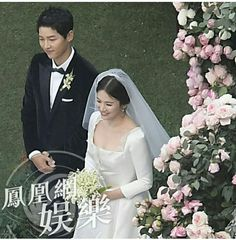 On October the famous K-drama couple Song Joong Ki and Song Hye Hyo finally got married at The Shilla Seoul Hotel. Wedding Songs, Wedding Pics, Wedding Couples, Celebrity Wedding Dresses, Celebrity Weddings, Korean Actresses, Korean Actors, Song Joong Ki Birthday