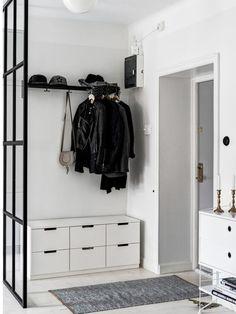Beaucoup d'entre nous sont gênés d'entrer directement dans une pièce de vie, une fois passé le seuil d'une maison, et préfèrent marquer clairement une différence entre l'extérieur et l'intérieur par l