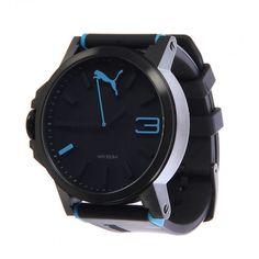 Luce siempre a la moda con el Reloj Puma Motosport Ultrasize, su diseño es en color negro con detalles contrastantes en color azul que le dan un estilo elegante. Presume tu accesorio Puma en su versión ultrasize que llamara la atención de todos.
