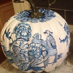 Seven on Sunday - The Enchanted Home - Chinoiserie painted pumpkin Blue And White China, Blue China, Love Blue, Halloween Pumpkins, Fall Halloween, Urban Deco, Le Grand Bleu, Chinoiserie Chic, Painted Pumpkins
