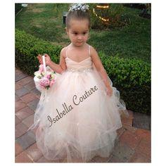Código de cupón no aplica en este artículo!!!!!!  Nota: Nuestro actual tiempo de respuesta para este vestido es 3 meses a la nave. Si algo es necesario cuanto antes, por favor entrarme en contacto con primero para disponibilidad. La orden de acometida está disponible por un suplemento.  ** Alta costura niña vestido de flores por Isabel costura (completas)  BREVE versión CAPRI vestido disponible aquí https://www.etsy.com/listing/193286412/flower-girl-dress-lace-dress-girls-lace?   Un diseño…